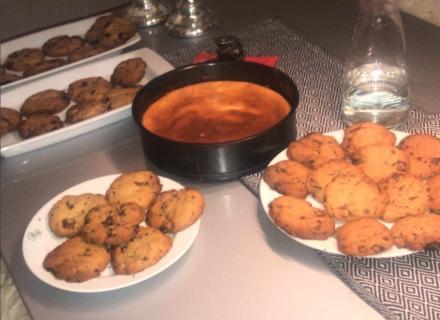 Schokokaramel-Cookies und hausgemachter Kuchen