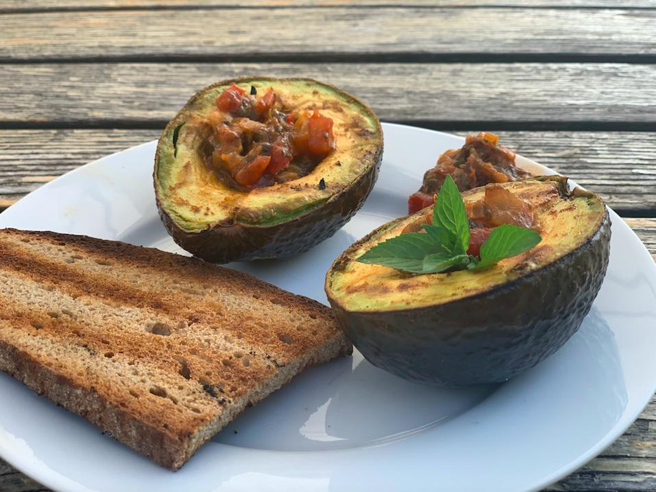 Vegetarisches Gericht: Grill-Avokado
