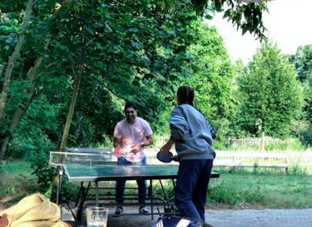 Tischtennisplatte: Schläger vorhanden